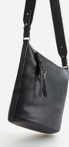 Czarna torebka Reserved na ramię matowa z breloczkiem