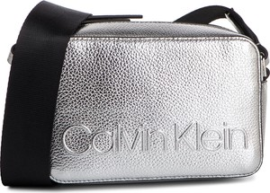 0397eda2fe563 Torebka Calvin Klein w młodzieżowym stylu na ramię średnia