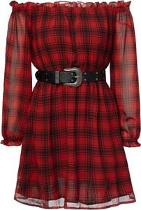 Czerwona sukienka Guess z odkrytymi ramionami mini hiszpanka