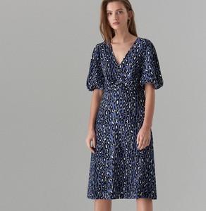 e834bf3c07 Niebieska sukienka Mohito w stylu casual midi z krótkim rękawem