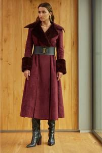 Fioletowy płaszcz Kasia Zapała w stylu casual z tkaniny
