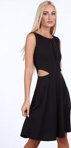 Czarna sukienka Fasardi z okrągłym dekoltem w rockowym stylu