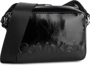 7820eb2313c57 Torebka Calvin Klein w młodzieżowym stylu średnia