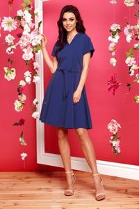 Niebieska sukienka TAGLESS z krótkim rękawem z dekoltem w kształcie litery v wyszczuplająca