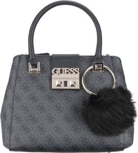 Niebieska torebka Guess średnia z pomponami