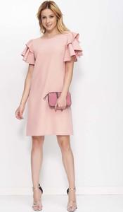 Różowa sukienka Makadamia trapezowa z krótkim rękawem z okrągłym dekoltem