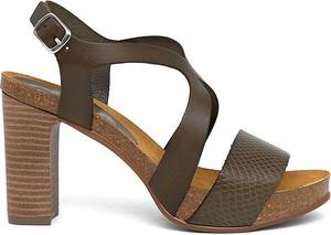 Sandały Clka z klamrami na obcasie na średnim obcasie