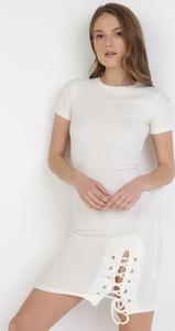 Sukienka born2be dopasowana mini z krótkim rękawem