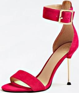 Czerwone sandały Guess na wysokim obcasie