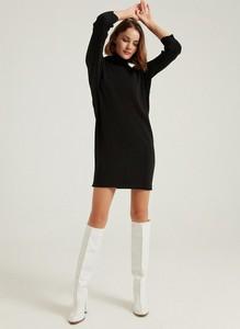 Czarna sukienka BGN z długim rękawem z golfem
