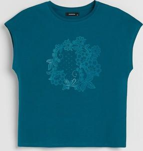 Niebieski t-shirt Reserved w młodzieżowym stylu z okrągłym dekoltem z nadrukiem