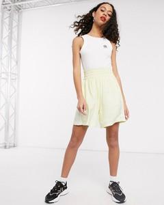 Żółte szorty Adidas Originals w sportowym stylu
