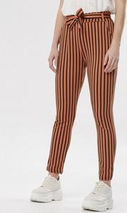 Brązowe jeansy born2be w street stylu