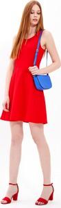 Czerwona sukienka Gate z okrągłym dekoltem mini trapezowa