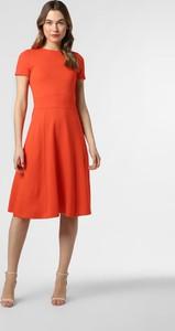 Czerwona sukienka Hugo Boss midi rozkloszowana