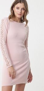 Różowa sukienka born2be w stylu casual z długim rękawem