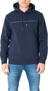 Niebieska bluza Armani Exchange w młodzieżowym stylu