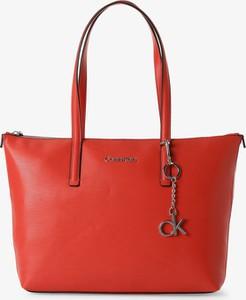Czerwona torebka Calvin Klein na ramię matowa w wakacyjnym stylu