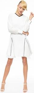 Aneta kręglicka x l'af biała sukienka z finezyjnymi godetami ak classic 18