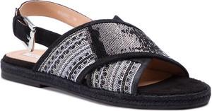 Sandały Geox w stylu boho z płaską podeszwą z klamrami