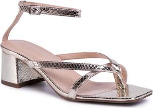 Złote sandały Quazi z klamrami ze skóry