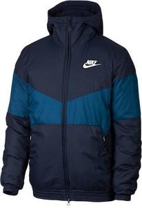 Granatowa kurtka Nike w młodzieżowym stylu