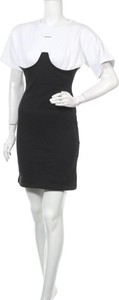 Czarna sukienka WRSTBHVR z krótkim rękawem z okrągłym dekoltem
