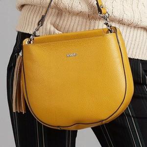 Żółta torebka Rovicky matowa z frędzlami w młodzieżowym stylu