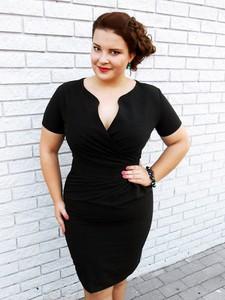 Sukienka Kartes-moda z dekoltem w kształcie litery v z krótkim rękawem midi