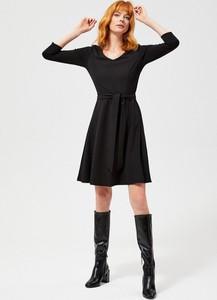 Czarna sukienka Moodo z dekoltem w kształcie litery v w stylu casual mini