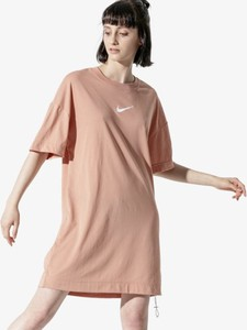 Różowa sukienka Nike z długim rękawem