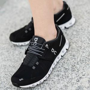 Buty sportowe On Running z płaską podeszwą w sportowym stylu