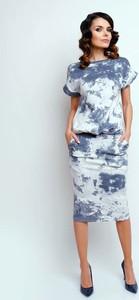 Błękitna sukienka Nommo midi z okrągłym dekoltem