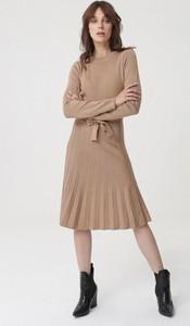 Brązowa sukienka born2be z okrągłym dekoltem midi
