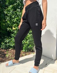 Czarne spodnie Adidas Originals w sportowym stylu