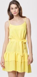 Żółta sukienka born2be w stylu casual z okrągłym dekoltem mini