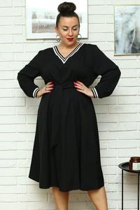 Czarna sukienka KARKO z dekoltem w kształcie litery v w stylu casual trapezowa