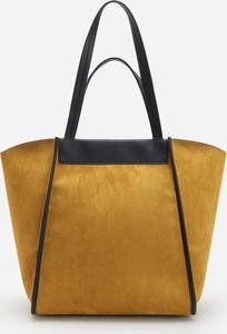 Żółta torebka Reserved w wakacyjnym stylu duża na ramię