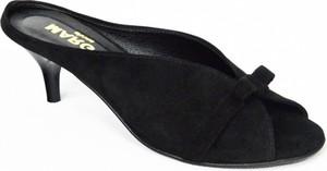 Czarne klapki Margoshoes z zamszu w stylu klasycznym