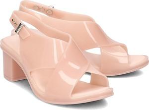 Różowe sandały Melissa z klamrami