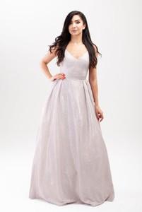 Sukienka Butik Ecru maxi rozkloszowana z dekoltem w kształcie litery v