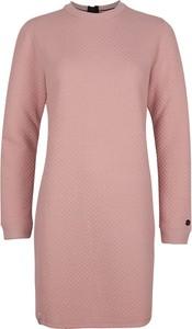 Różowa sukienka O'Neill w stylu casual z okrągłym dekoltem