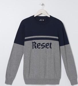Granatowy sweter Sinsay w młodzieżowym stylu