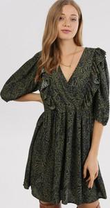 Zielona sukienka born2be z dekoltem w kształcie litery v z długim rękawem