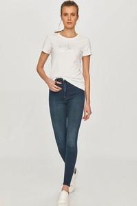 Granatowe jeansy Calvin Klein w street stylu