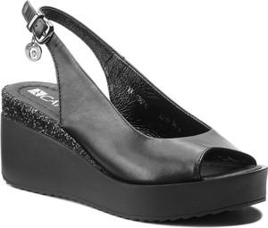 Czarne sandały Carinii w stylu casual z klamrami na koturnie