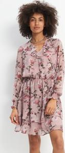 Różowa sukienka Mohito z szyfonu z długim rękawem trapezowa