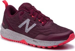 Czerwone buty sportowe New Balance sznurowane z płaską podeszwą