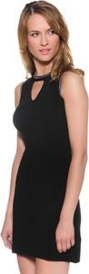Czarna sukienka Guess z dekoltem typu choker bez rękawów