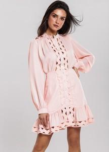 Różowa sukienka Renee w stylu casual z długim rękawem z okrągłym dekoltem